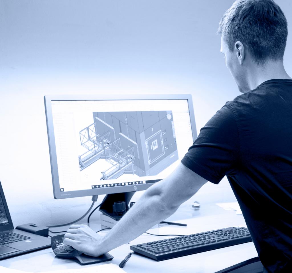 Billede af mand ved computer